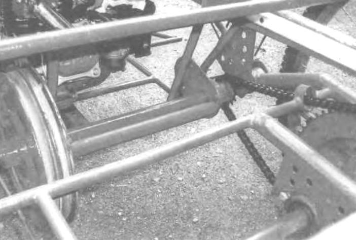 Промежуточный вал трансмиссии: слева - двухручьевой блок ведомых шкивов: справа - цепная передача привода ведущего заднего правого колеса