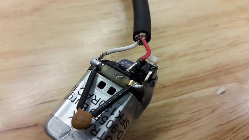 Шаг 3: Подключаем кабель к двигателю