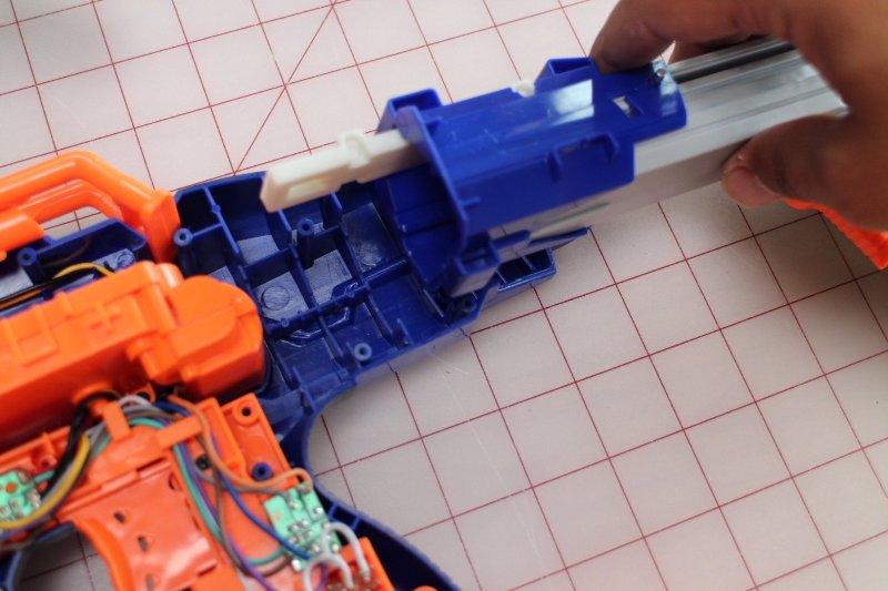 Шаг 3: Модификация игрушечного автомата. Часть 2