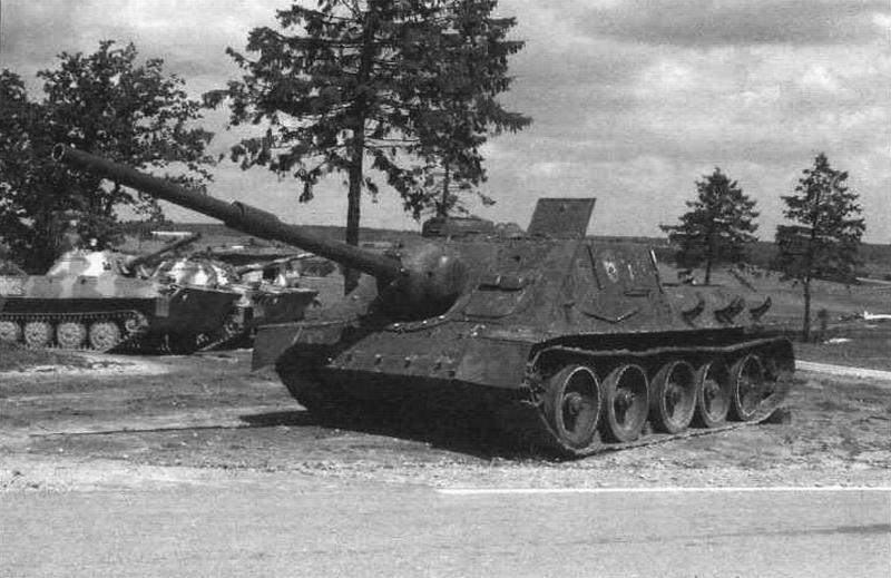 Самоходная артиллерийская установка СУ-100 с эжектором, доставленная в музей из сиортивного лагеря в предместьях Минска