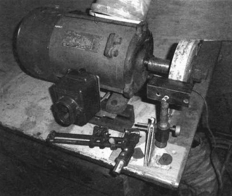 Фото 3. Точило с установленным полручником во втулку приставки (подручник состоит из уголка 32х32х3 L=80 мм и болта М16x100)