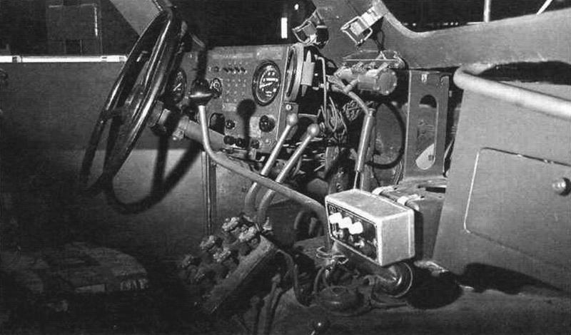 Место водителя. Внизу виден шиток управления системой регулирования давления в шинах с помощью шести вен гилей для каждого колеса