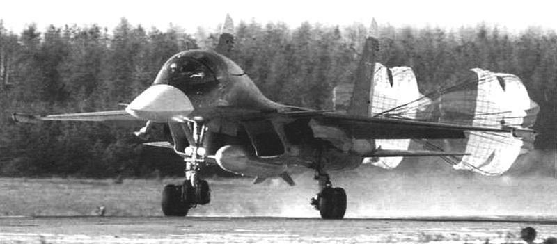 Посадка Су-34 с топливным баком, подвешенным под фюзеляжем