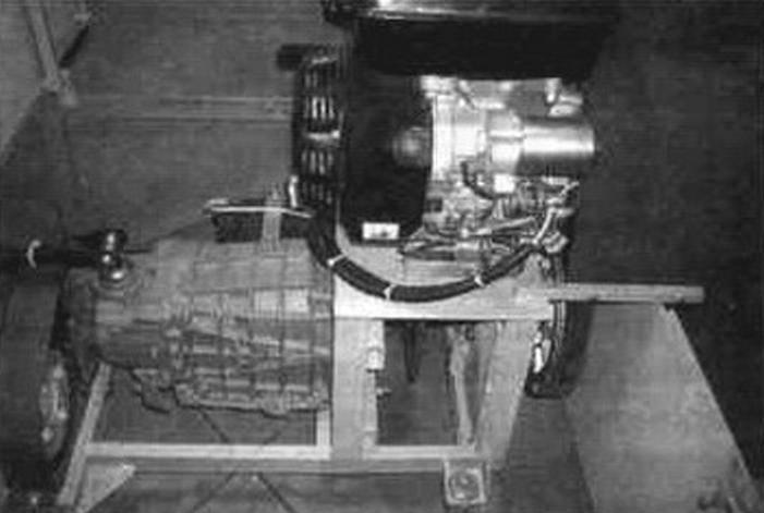 Силовой блок вездехода: на мотоподрамнике-двигатель; под ним - трансмиссионный тормоз; справа - вариатор; слева - коробка перемены передач и цепная передача