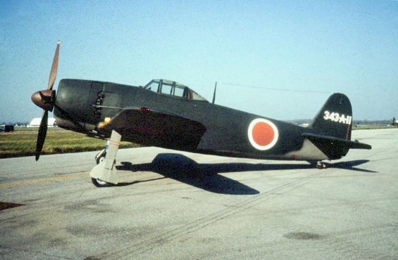 Прототип-истребитель N1K1-Ja, вил сбоку. Самолет получил двигатель Homare 21. Видны маслорадиатор, гондола с пушкой и укорачивающаяся стойка шасси