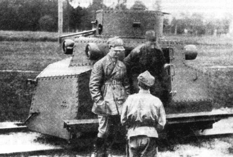 Экипаж дрезины состоял из трех человек: командира-стрелка и двух водителей: переднего и заднего постов управления
