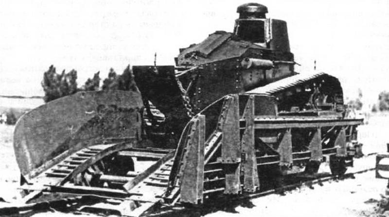 Платформа дрезины R имела въездной пандус и две опорные балки для установки на них танка