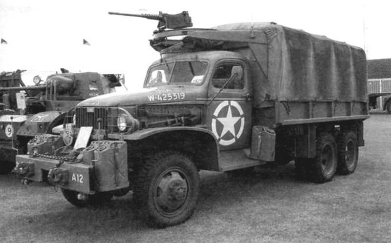 Армейский GMC CCKW 353 SWB с лебедкой и пулеметной установкой. Для стрельбы из пулемета достаточно было открыть верхний люк и встать на пассажирское сиденье