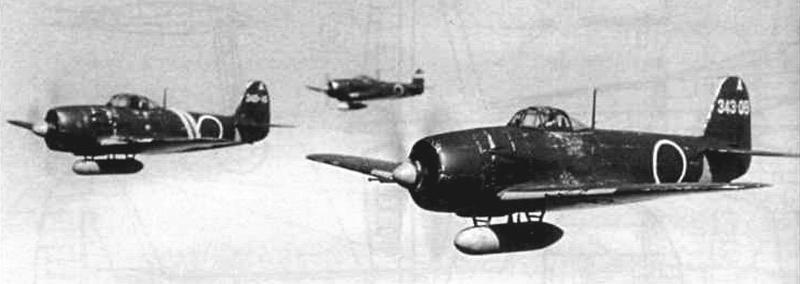 Звено «Шиден Каи» из 301-го хикотая 343-го кокутая в боевом вылете. Самолеты оснащены подвесными баками