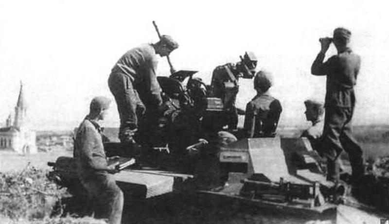 ЗСУ Flakpanzer I в колонне на фронтовой дороге