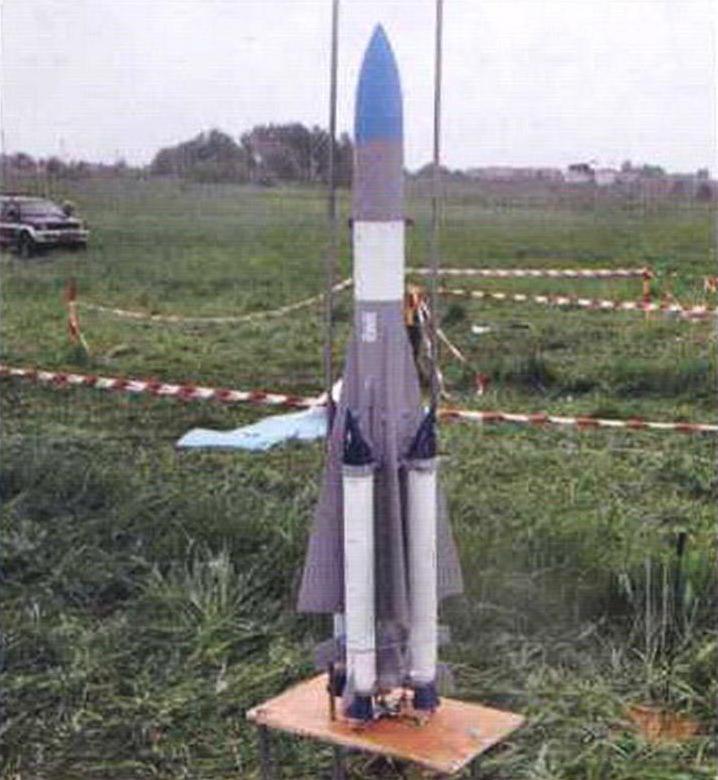 Подготовка к пуску в дождь модели-копии ракетного комплекса С-200 Никиты Белебехи