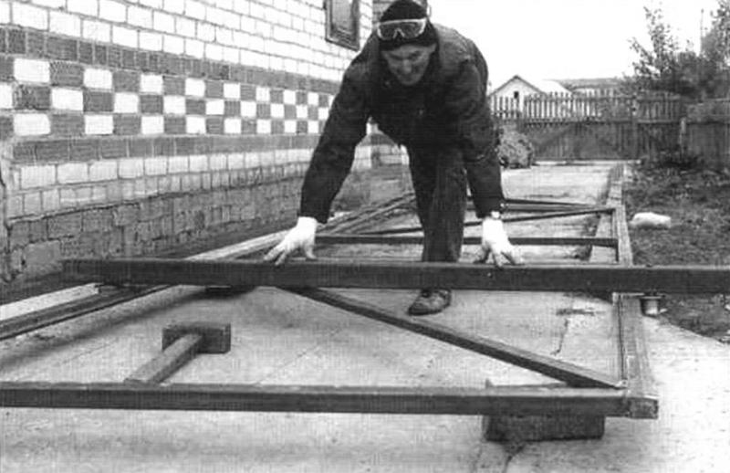 Проверка расположении на столбе «трубных» опорною и удерживающего роликов по высоте каркаса ворот