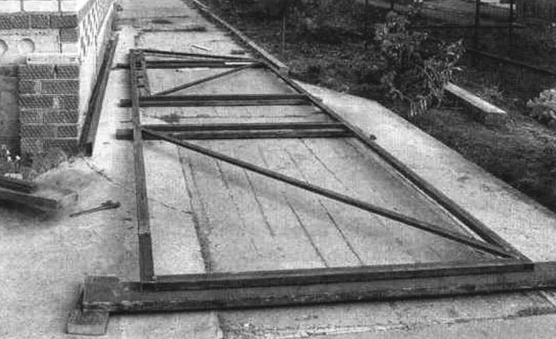 Монтаж деталей каркаса ворот на стапеле