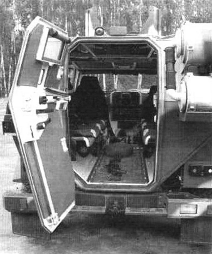 Корма автомобиля с открытой выходной дверью десантною отсека. На заднюю стенку вынесена фильтро-вентиляционная установка ФВУ-100А