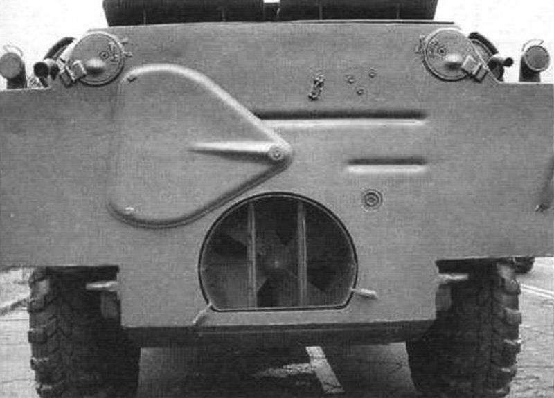 Вид на корму БРДМ-2 с поднято заслонкой водомета