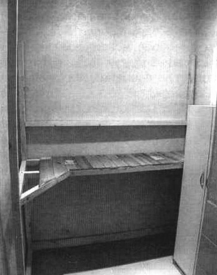 Нижняя полка стеллажа в процессе сборки в подсобном помещении