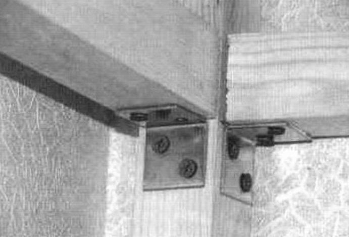 Соединение продольных балок верхней полки с вертикальной опорой металлическими уголками