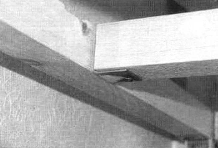 Соединение продольных балок верхней полки между собой с помощью металлического уголка