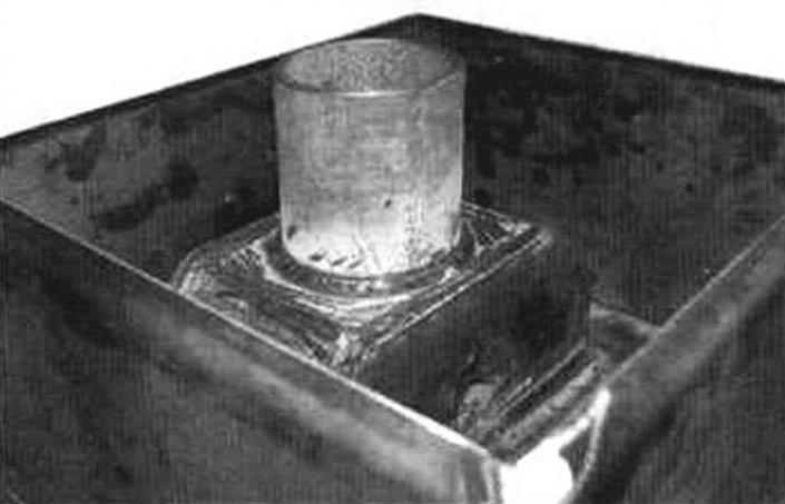 Емкость для камней; внутри - искрогаситель и патрубок для дымовой трубы