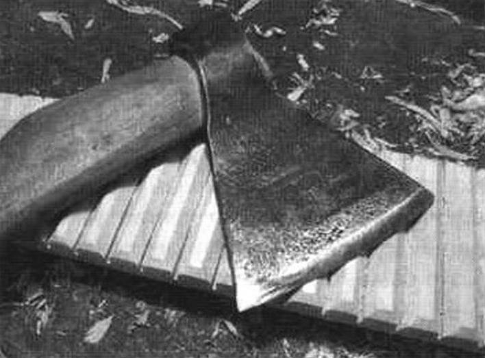 Новый рубель и инструмент для его изготовления (плотницкий топор)