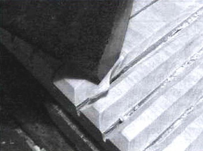 Процесс изготовления зуба рубеля при помощи топора