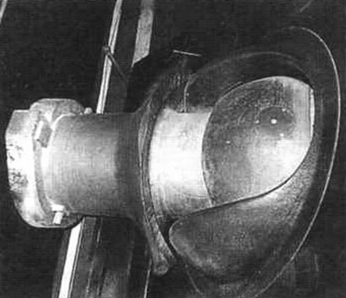 Установка ствола бомбомета в лобовой плите корпуса. Видны шаровая опора, мощная броневая маска орудия, броневой кожух, прикрывающий ствол