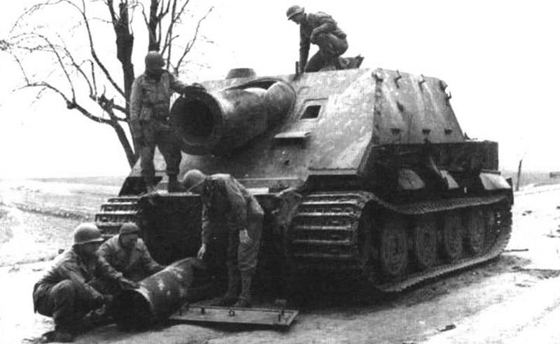 «Штурмтигр», подорванный своим экипажем при отступлении. Перед установкой вырванный взрывом изнутри ствол бомбомета. 1944 г., район Миндана, Германия