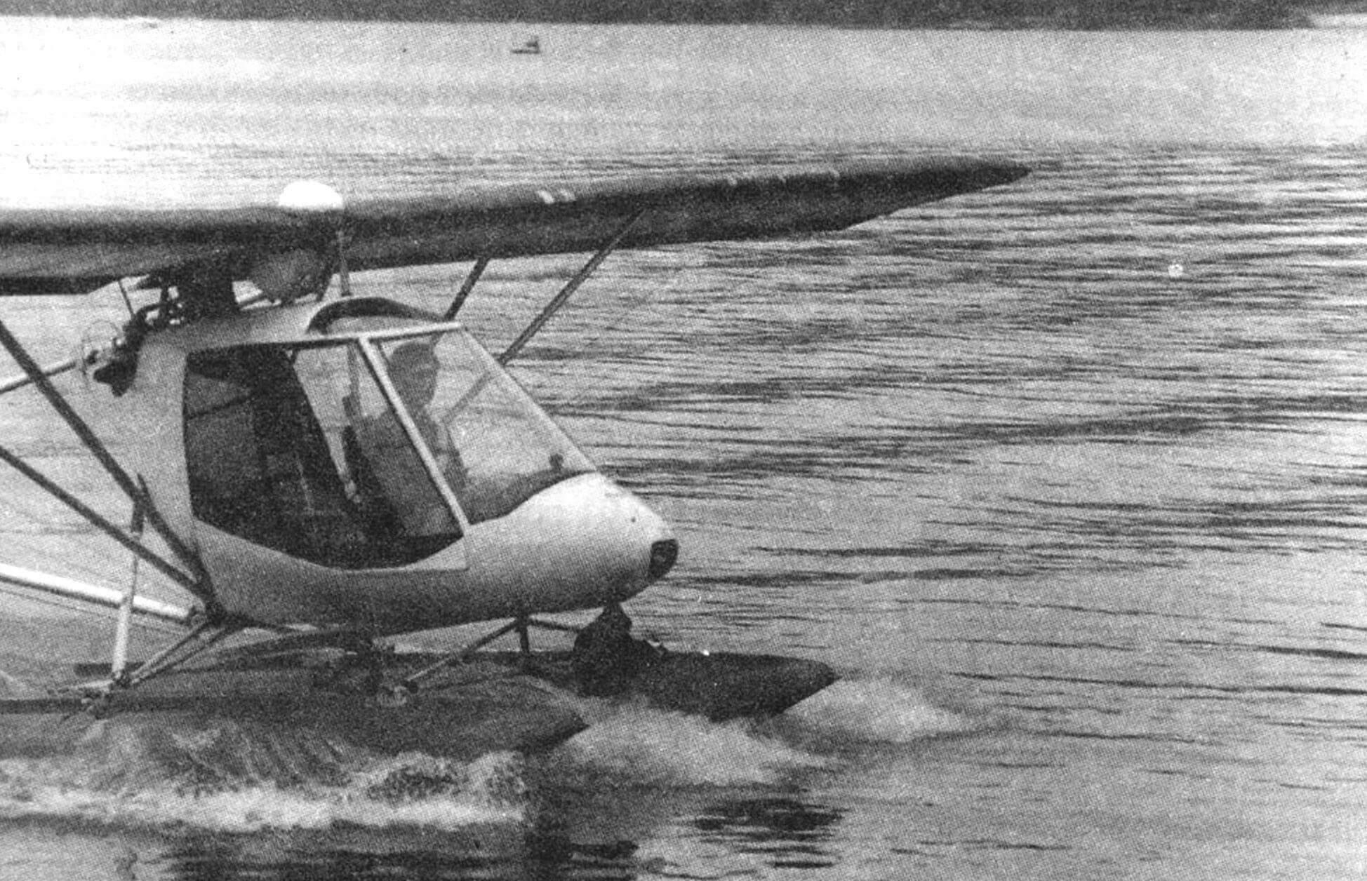 С поплавками «Птенец-2» становится гидросамолетом. В кабине — пилот Ю.Бушуев