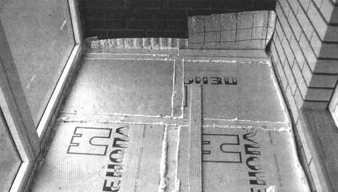 Плиты пеноплэкса разделяют деревянные бруски, соединенные планкой, а шел и заделаны строительной пеной. На боковой стене лоджии видны выступающие листы пароизоляции