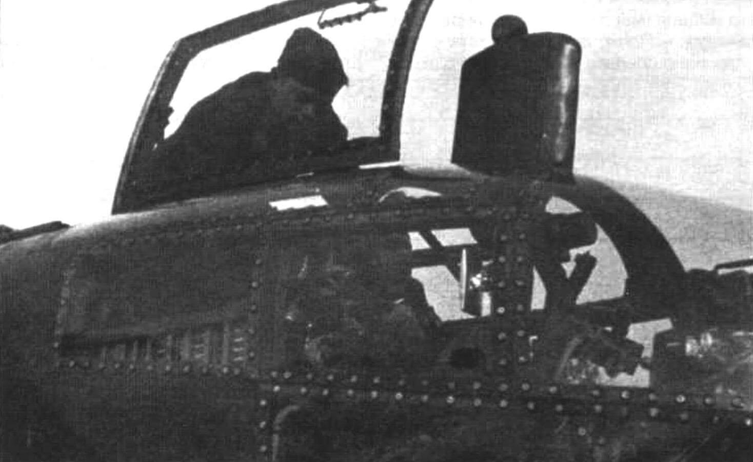 Фрагмент носовой части фюзеляжа Аг234В-2 с открытой крышкой фонаря кабины пилота и перископом RF2C стрелкового прицела