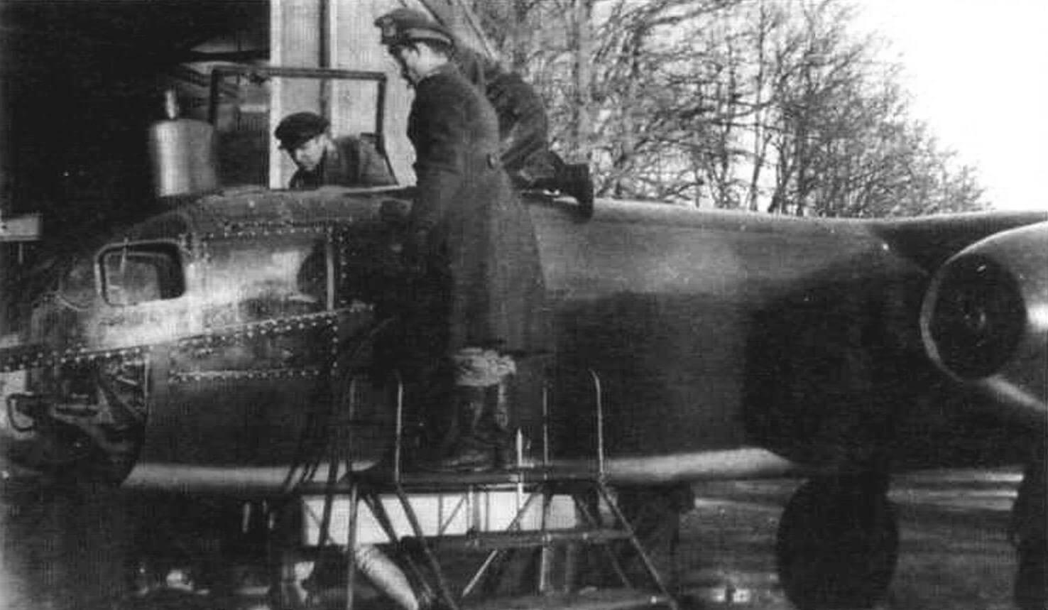 Осмотр советскими специалистами Ar234B-2, заводской № 140355