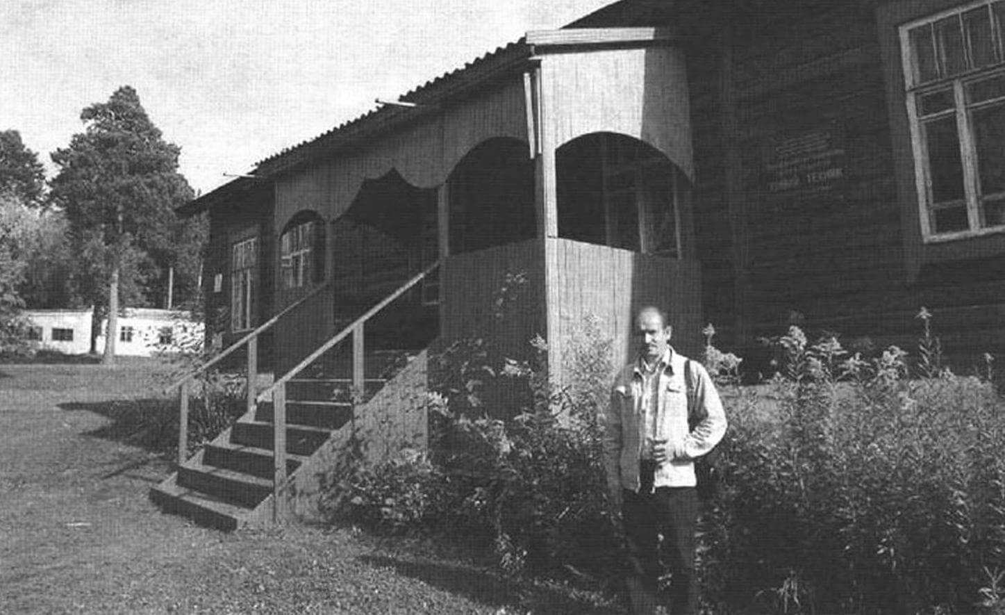 Анатолий Васильевич Матвейчук - первый директор СЮТ, руководивший ею 14 лет, у здания станции (сентябрь 2011 года, СЮТ пока еще не закрыта)