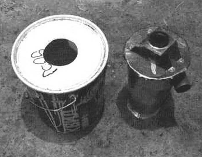 Ведро для сбора опилок и пыли с отверстием в крышке для сообщения с корпусом циклона
