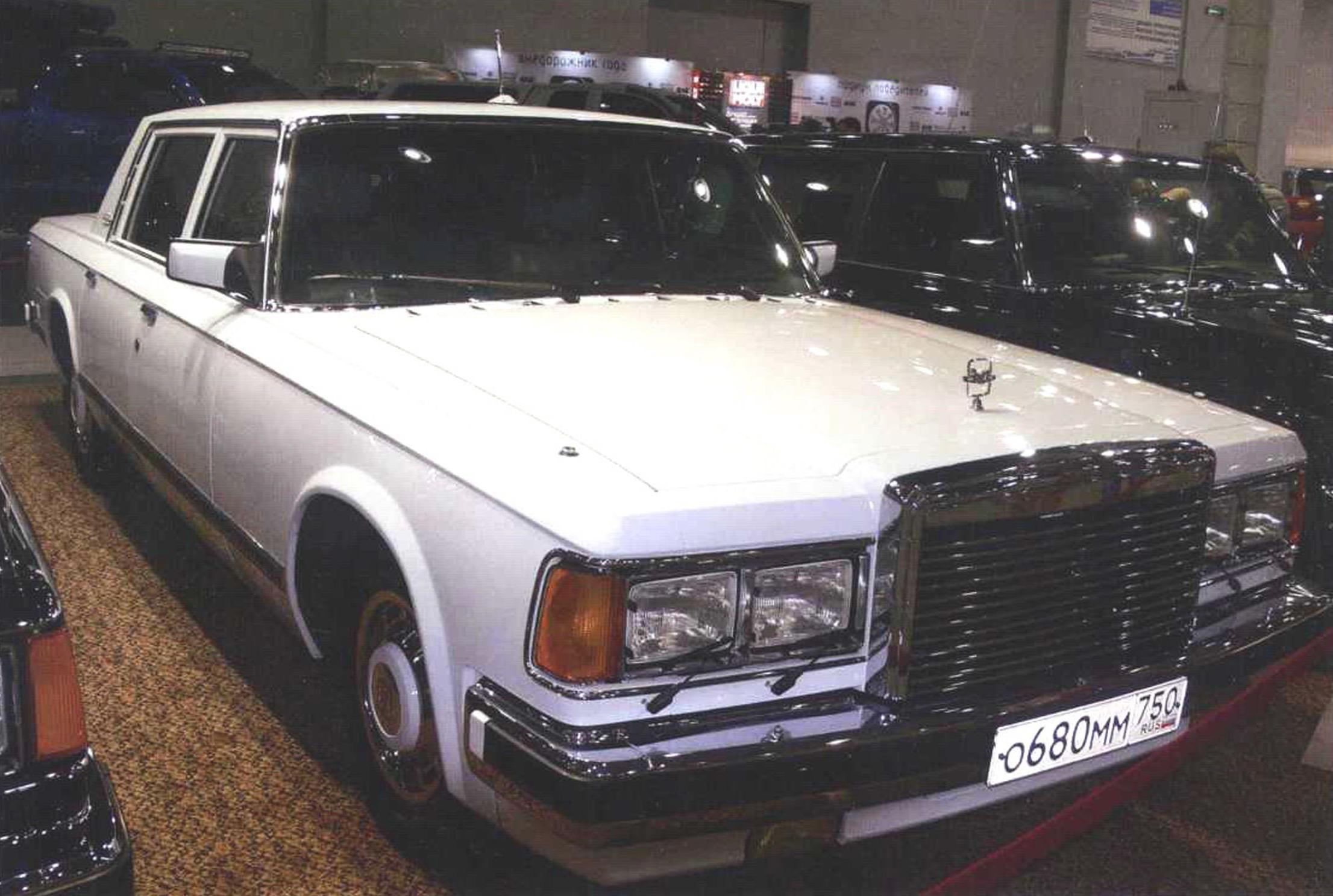 Белый седан ЗИЛ-41041