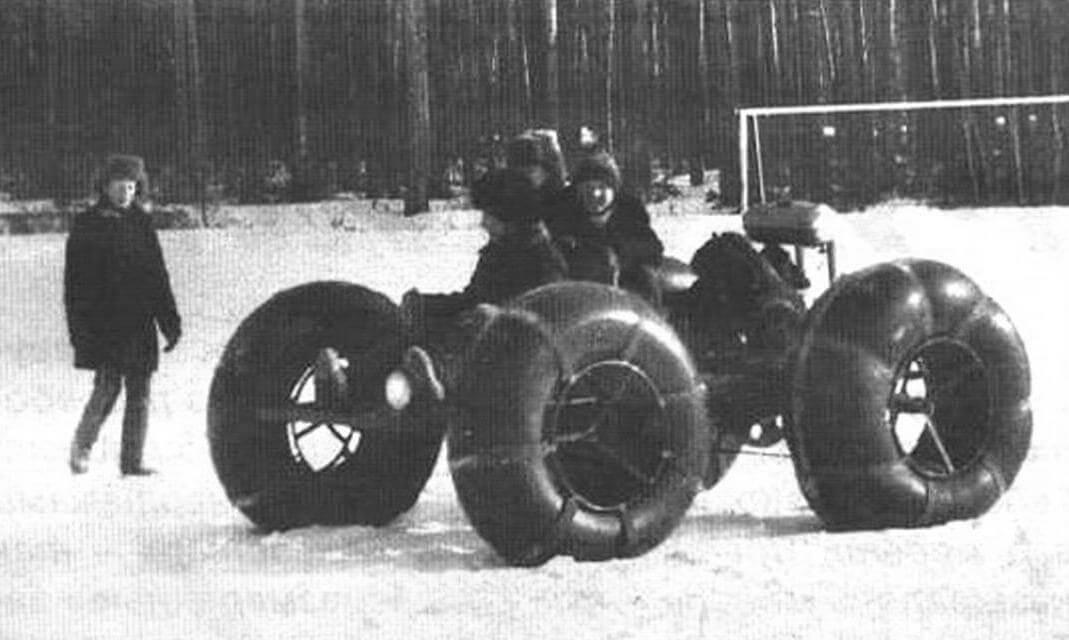 На очередной слет снегоходной техники «своим ходом» приехала семья Шахтарнных из села Дроново. В пришкольном кружке «Вездеходная техника» они сделали четырехколесный вездеход на шинах низкого давления. Двигатель - ЗИД-4,5