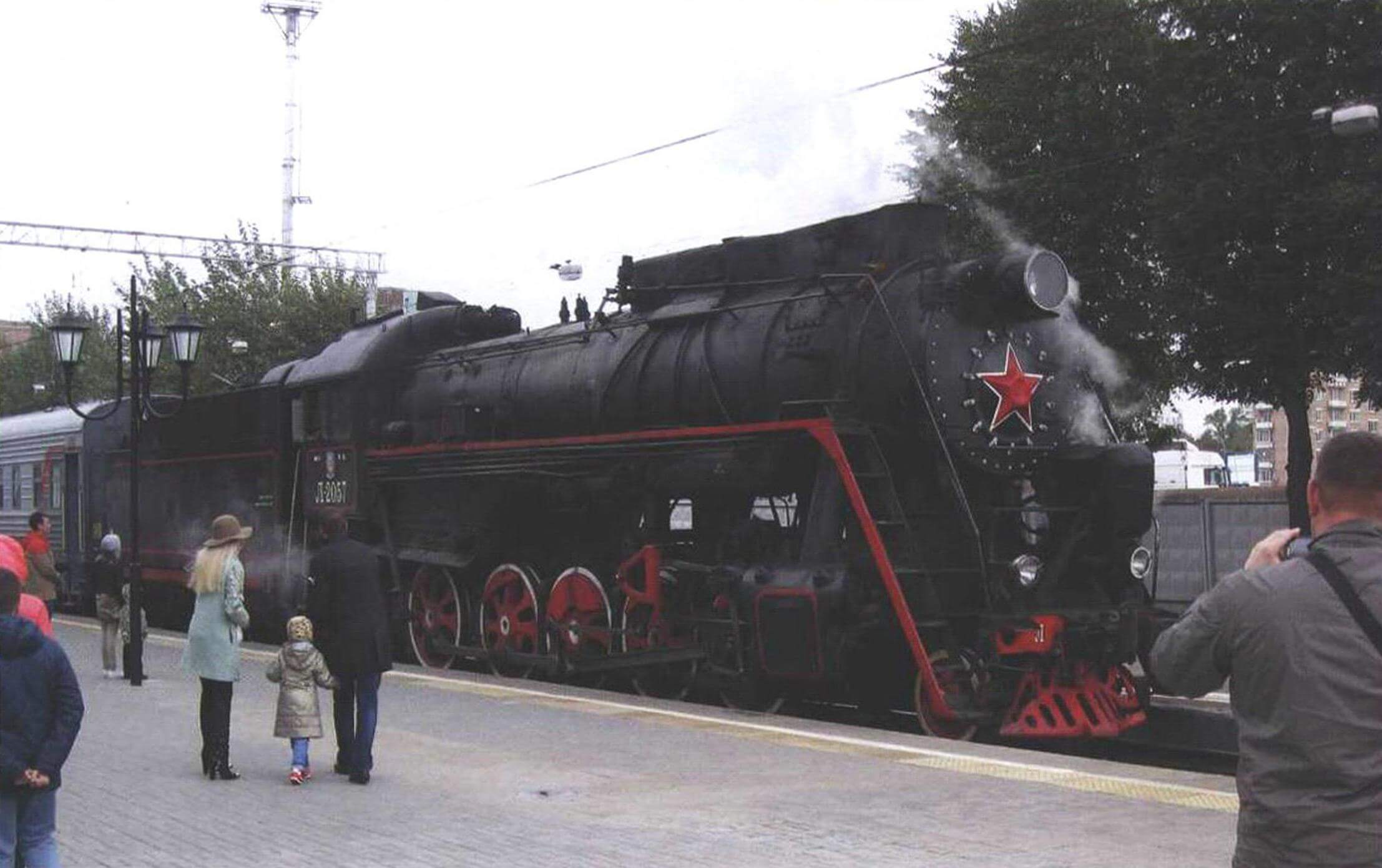 Экскурсионный поезд с паровозом серии Л отправляется от Рижского вокзала на станцию Подмосковная