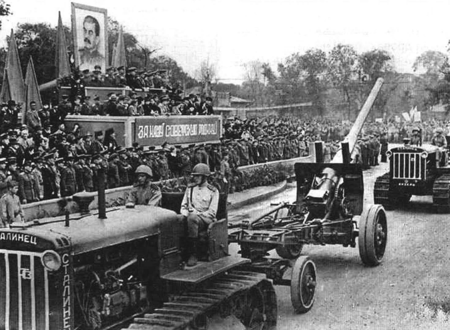 «Сталинец» С-65 на параде в Хабаровске в честь победы над Японией, 6 сентября 1945 г.