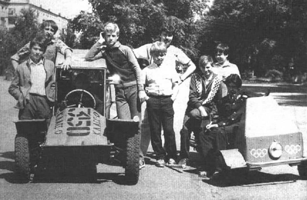 Действующий гоночный мотомобиль «Багги-350» на базе мотоколяски С3Д. Двигатель «ИЖ-П-3», редуктор - с задним ходом. Вокруг - ребята с руководителем кружка «Спортивная техника» А.Е. Хорзовым