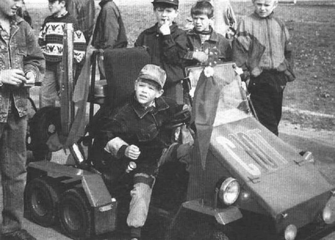 Шестиколесный двухместный миниавтомобиль на базе карта. Двигатель - от мотоцикла «Минск». Сделан Андреем Лазаревым в кружке «Малогабаритная техника» под руководством А. Е. Хорзова