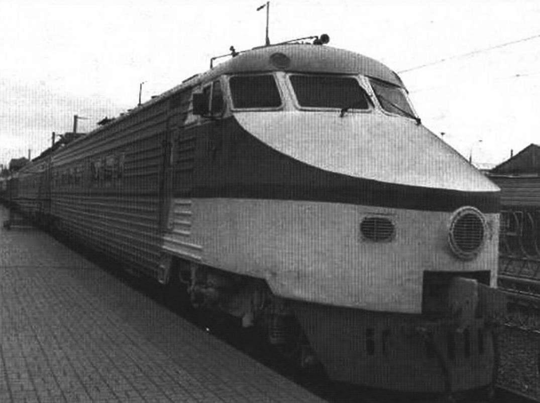 Дизель-поезд серии Д1 (слева) и электровоз ВЛ-22М