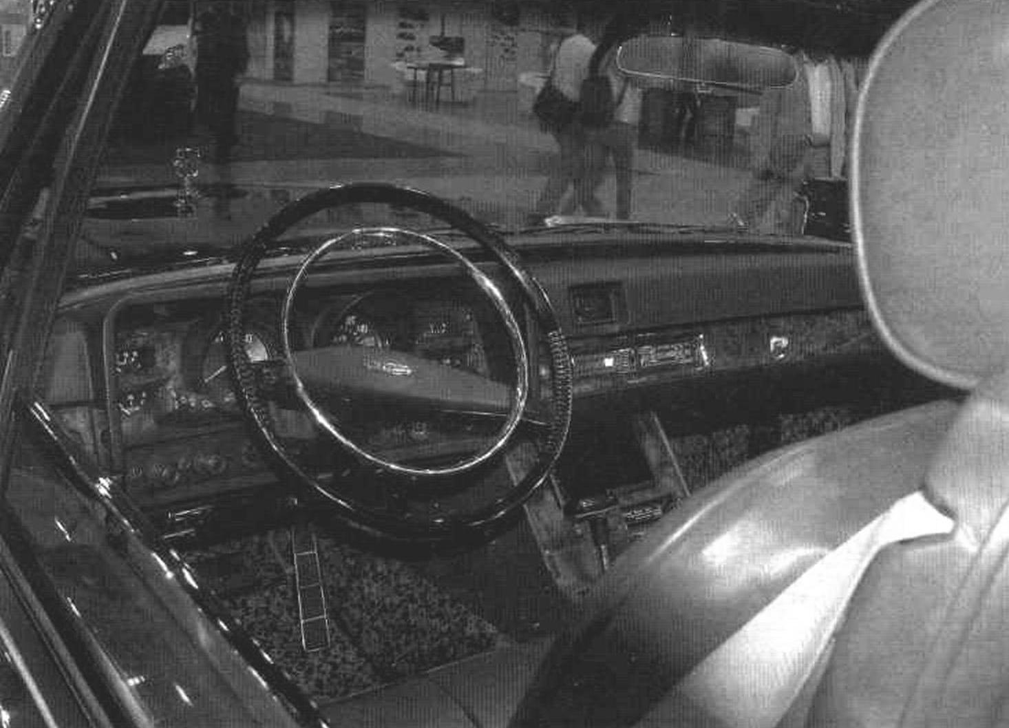 Приборная панель и рулевая колонка автомобиля ЗИЛ-410441