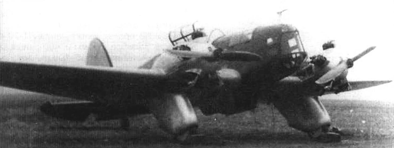 Подготовка Г-27 к испытательному полету. Запуск двигателей М-11 производился вручную
