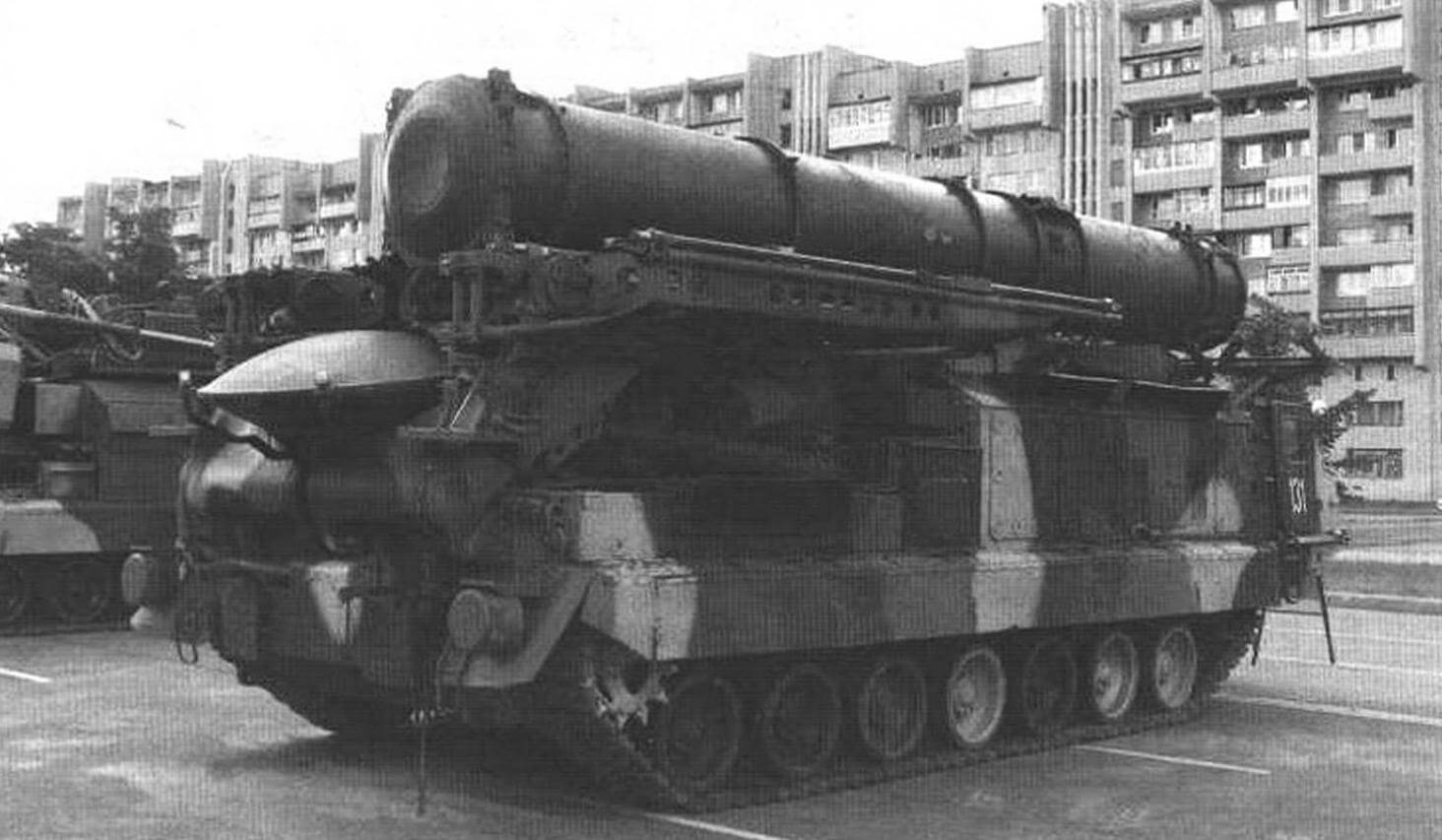 На пусковое устройство 9А82, смонтированное на шасси «Пиона», устанавливаются два транспортно-пусковых контейнера (ТНК) с зенитными ракетами 9М82, а на 9А83 - четыре ГПК е ракетами 9М83, г. Бобруйск