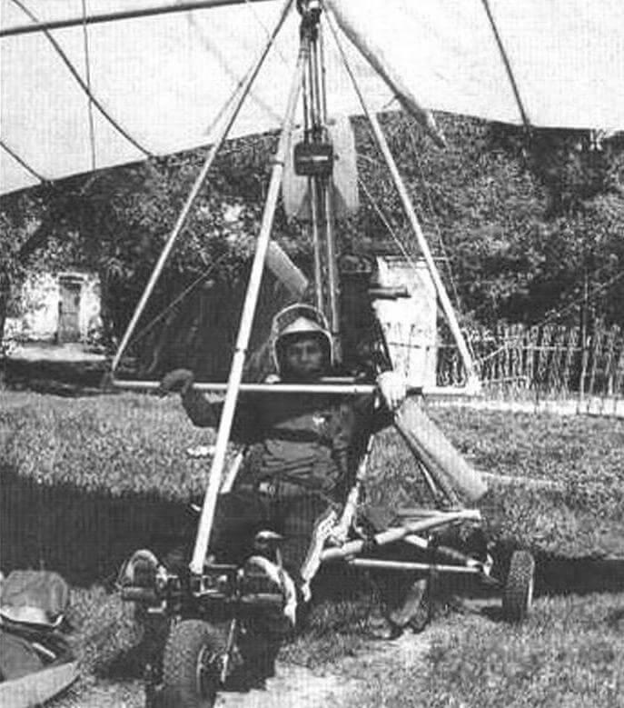 Руководитель кружков «Авиатехника» и «Авиамоделизм» Н.В. Чурчин на своем мотодельтаплане. Двигатель летательного аппарата - от пожарной мотопомпы. Рама - иг дюралюминиевых труб, колеса - от карта. Крыло - промышленного изготовления
