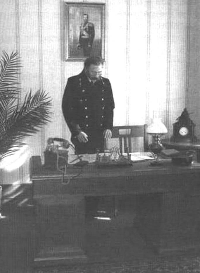Начальник станции Подмосковная на своем рабочем месте