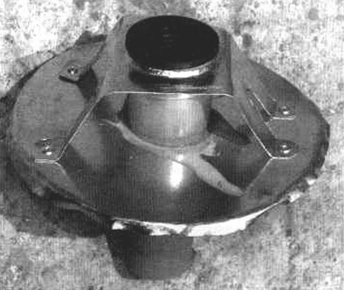 Крышка корпуса циклона с выходным патрубком, прикрепленным к крышке посредством фигурного кронштейна, приклепанного к крышке