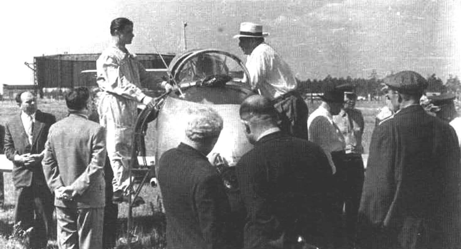 Летчик-испытатель В.Г. Мухин рассказывает Л.И. Брежневу об особенностях самолета Як-30. 13 августа 1960 г.