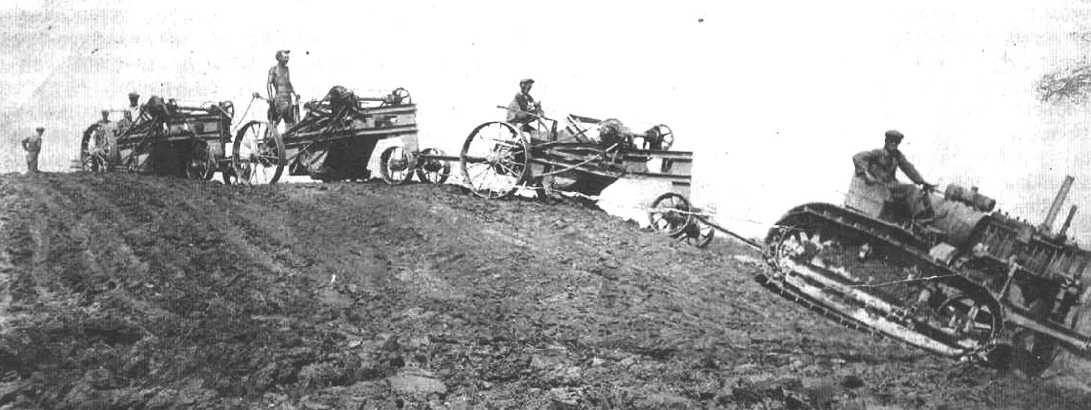 Трактор «Сталинец» С-60 с поездом из автолопат Беккера. Строительство Невинномысского канала