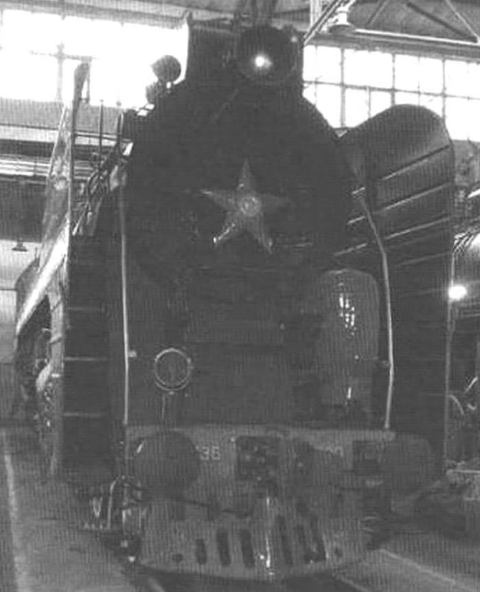 Последний советский паровоз - могучий П36 - сверкает свежей краской в депо