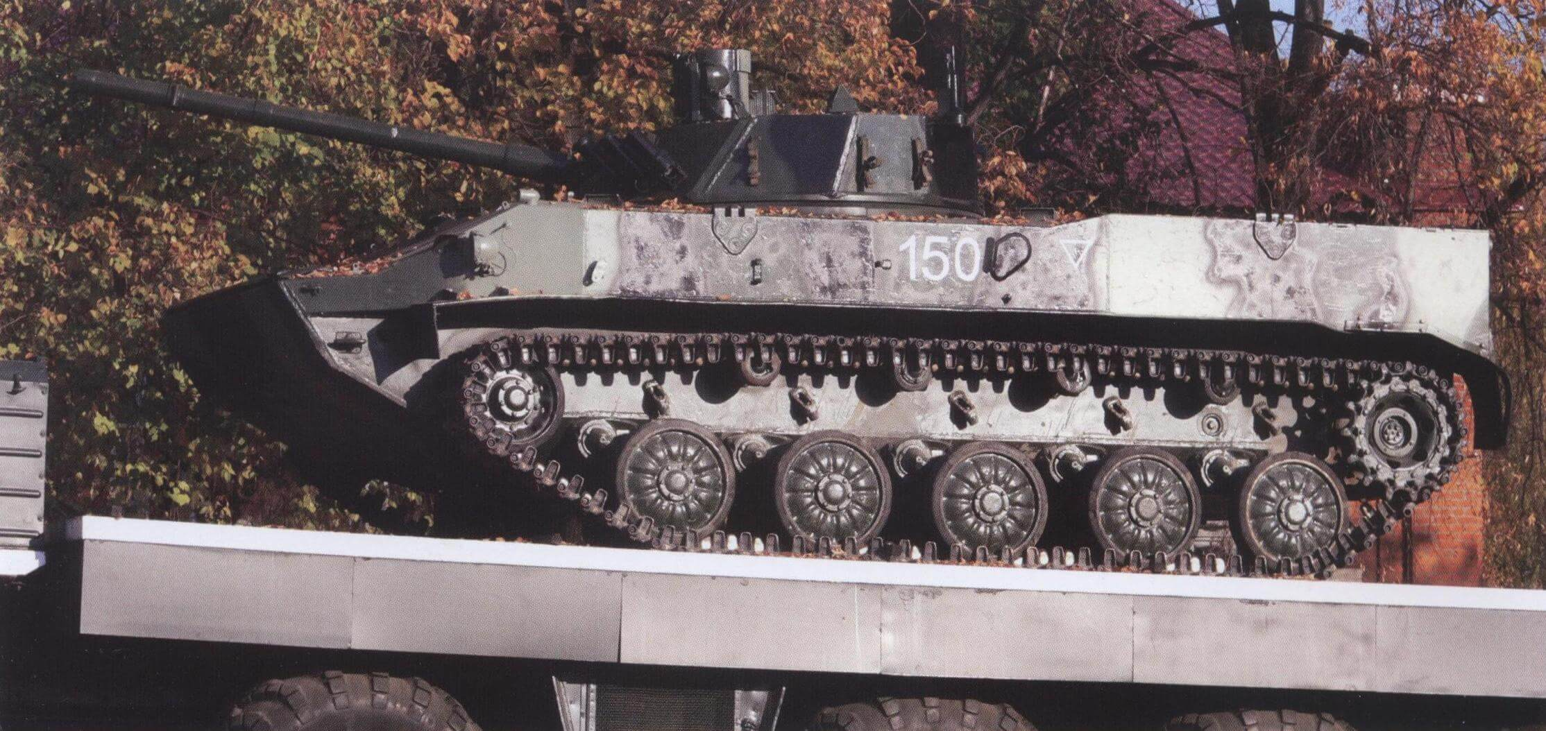 БМД-4 на грузовой платформе автомобиля МАЗ-547 (вверху) и командно-штабная машина Р-145БМ (внизу) на вечной стоянке Рязанского высшего командного училища связи